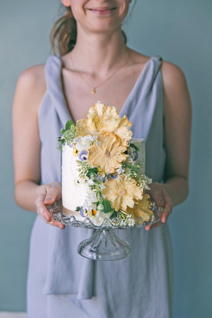 sea-shore-wedding-theme-stylist-nancy-straughan-edible-flower-pineapple-cake.jpg