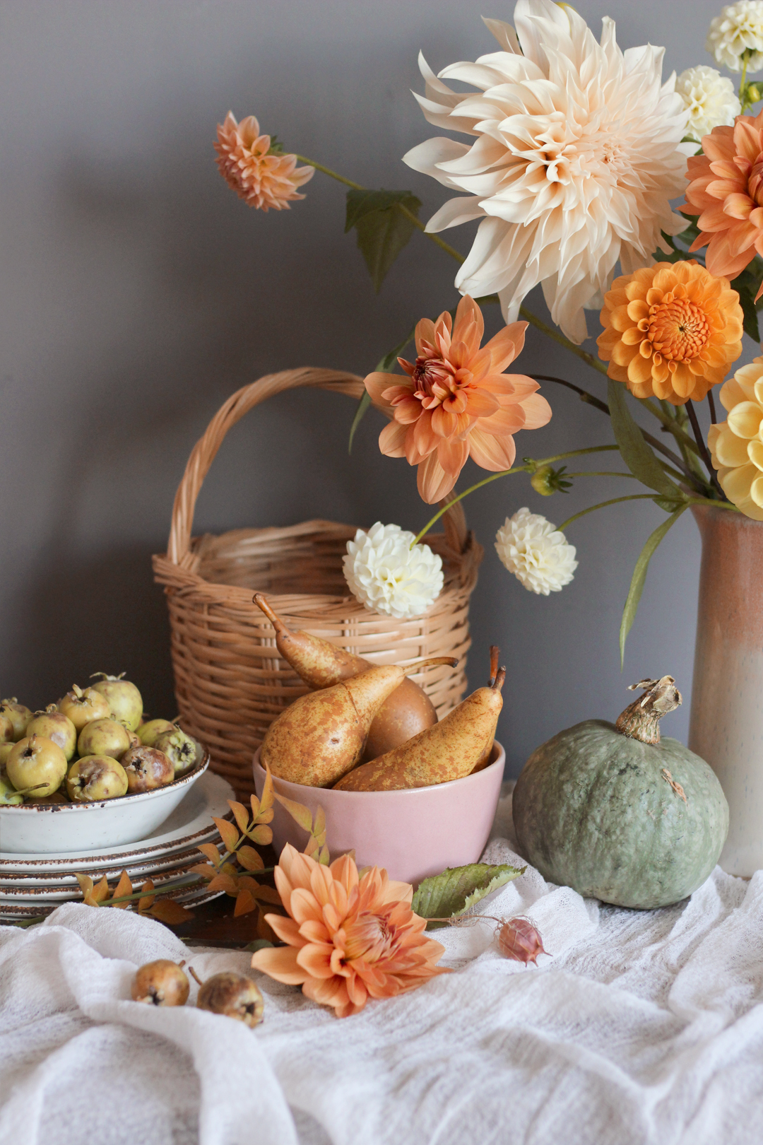 fall-halloween-styling-interior-decorations-nancy-straughan-dahlias.jpg