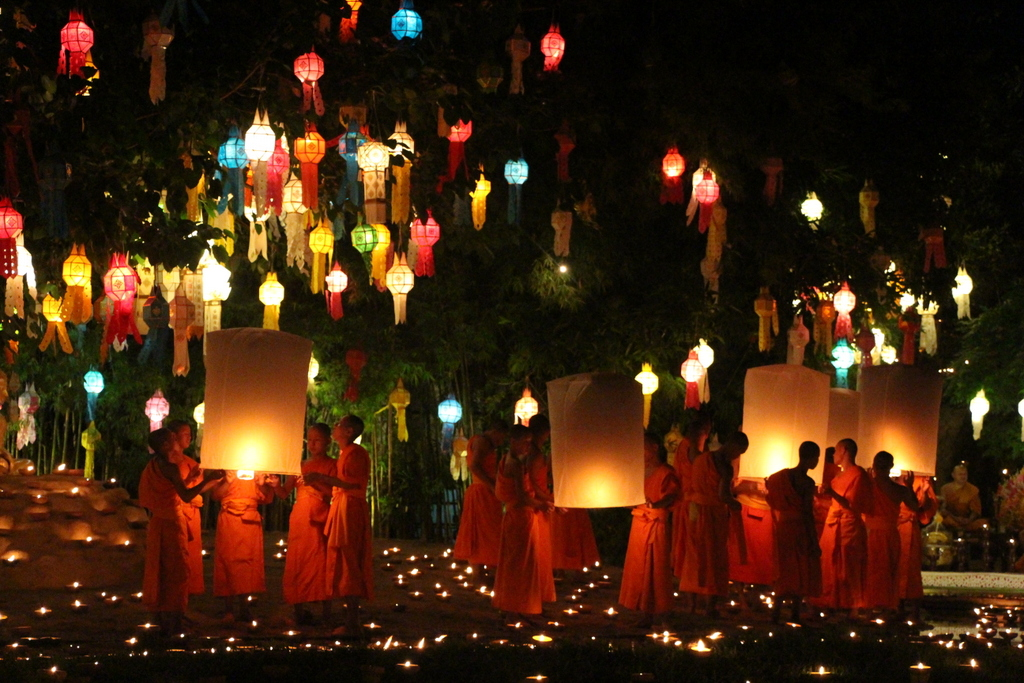 This photo wastaken at a Chiang Mai temple a couple nights after the main Loi Krathong celebration.