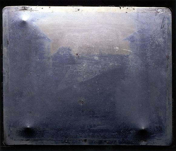 Placa de metal com a Vista da janela em Le Gras (1826-7) (Imagem retirada daqui .)