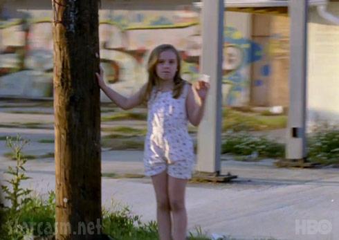 Menina acenando para Rustin Cohle em True Detective