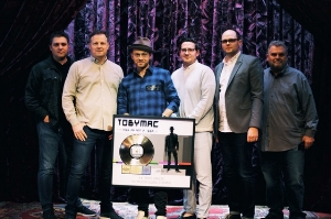 TobyMac with Capitol CMG's Steve Blair, Brad O'Donnell, Hudson Plachy, David Sylvester and Peter York.  Credit: Trent Nicholson