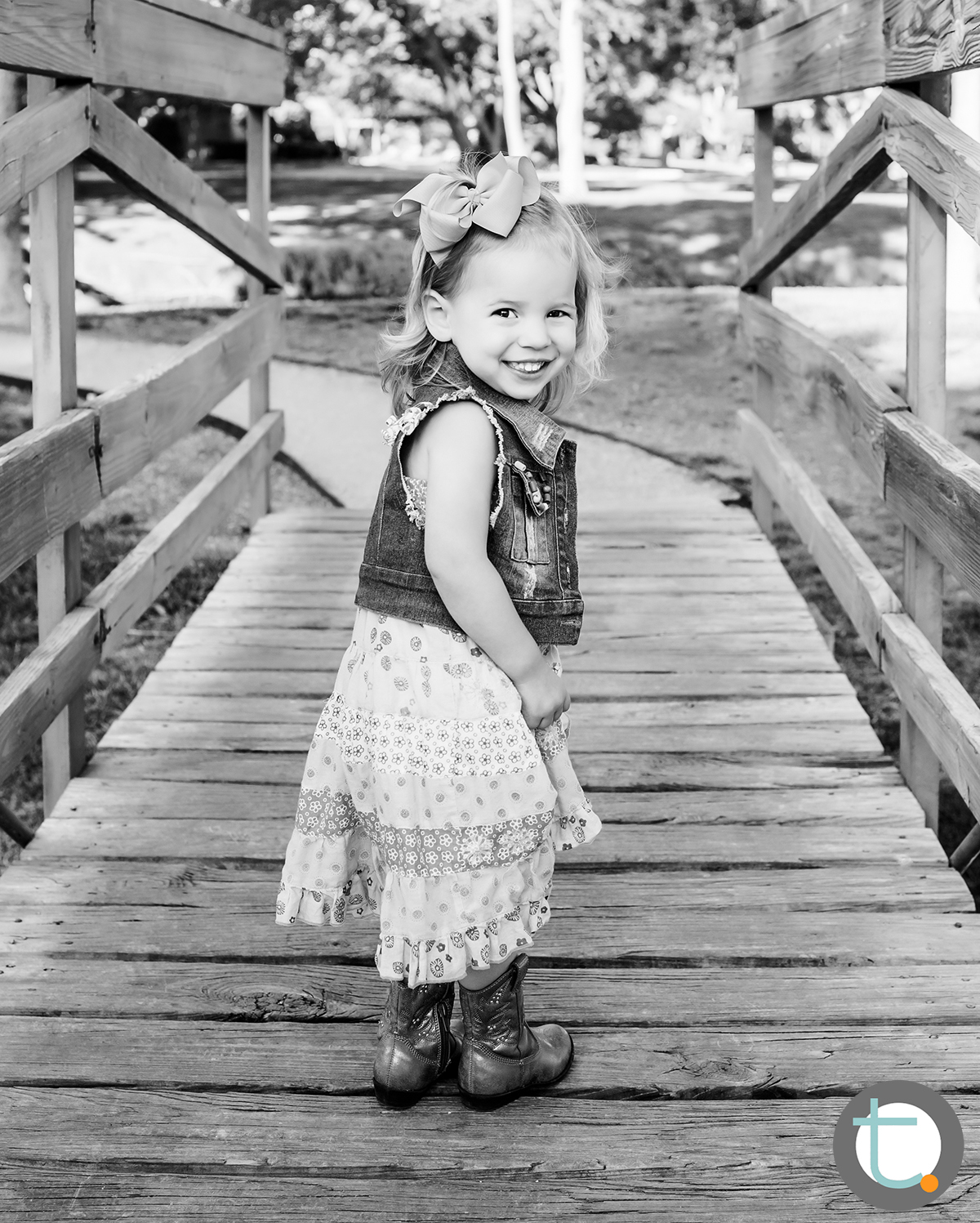 littlegirl_toddler_bridge_bw_child_park_tracyallynphotography_dallas