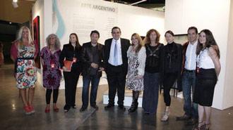 """Miguel Talento, Cónsul General argentino en Miami junto a Otton Castañeda, curador de arte, responsable de la organización de """"ArteAméricas"""" y un grupo de artistas argentinos que expusieron sus obras en la prestigiosa feria."""