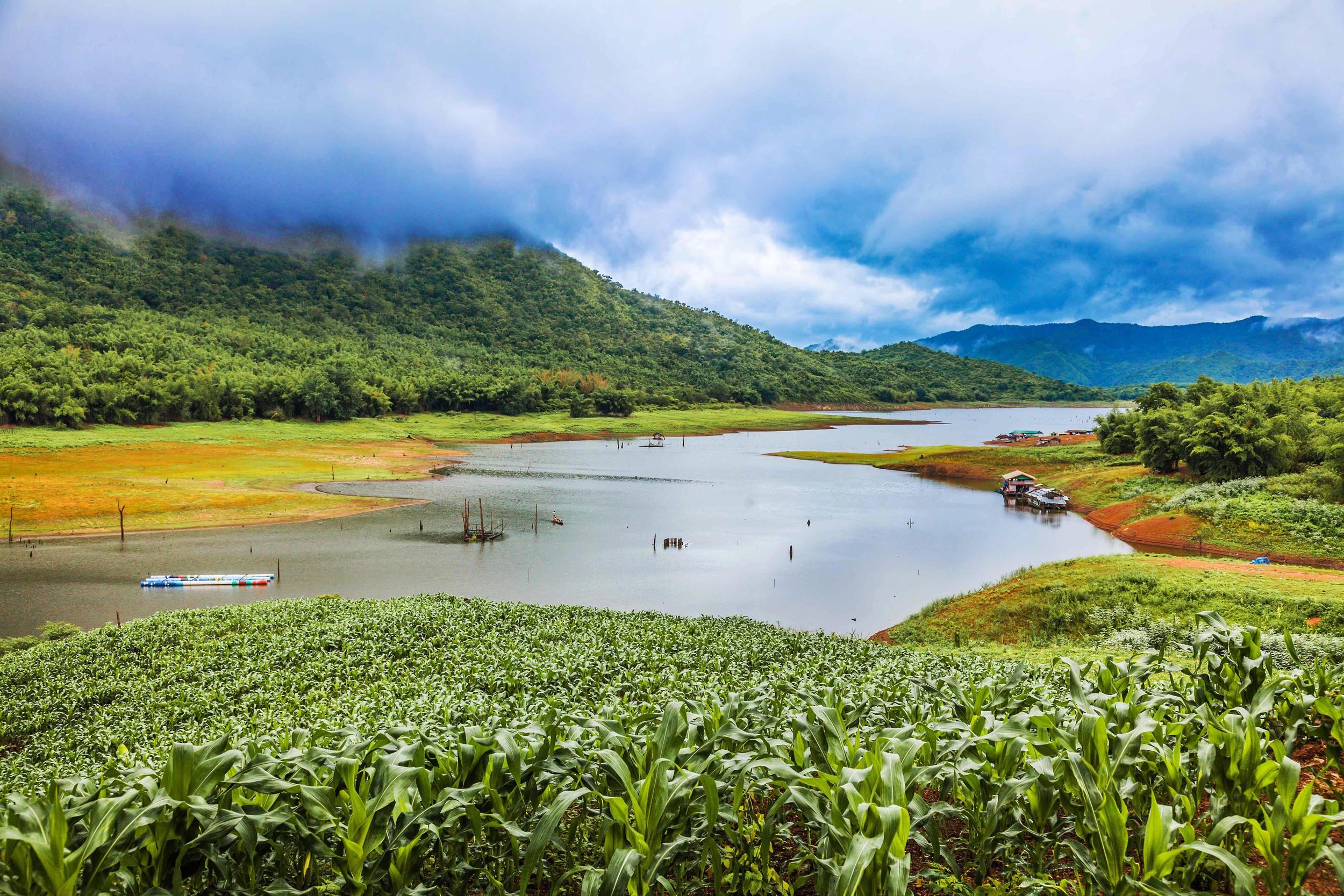 Burmas bergskedjor skymtar i bakgrunden.