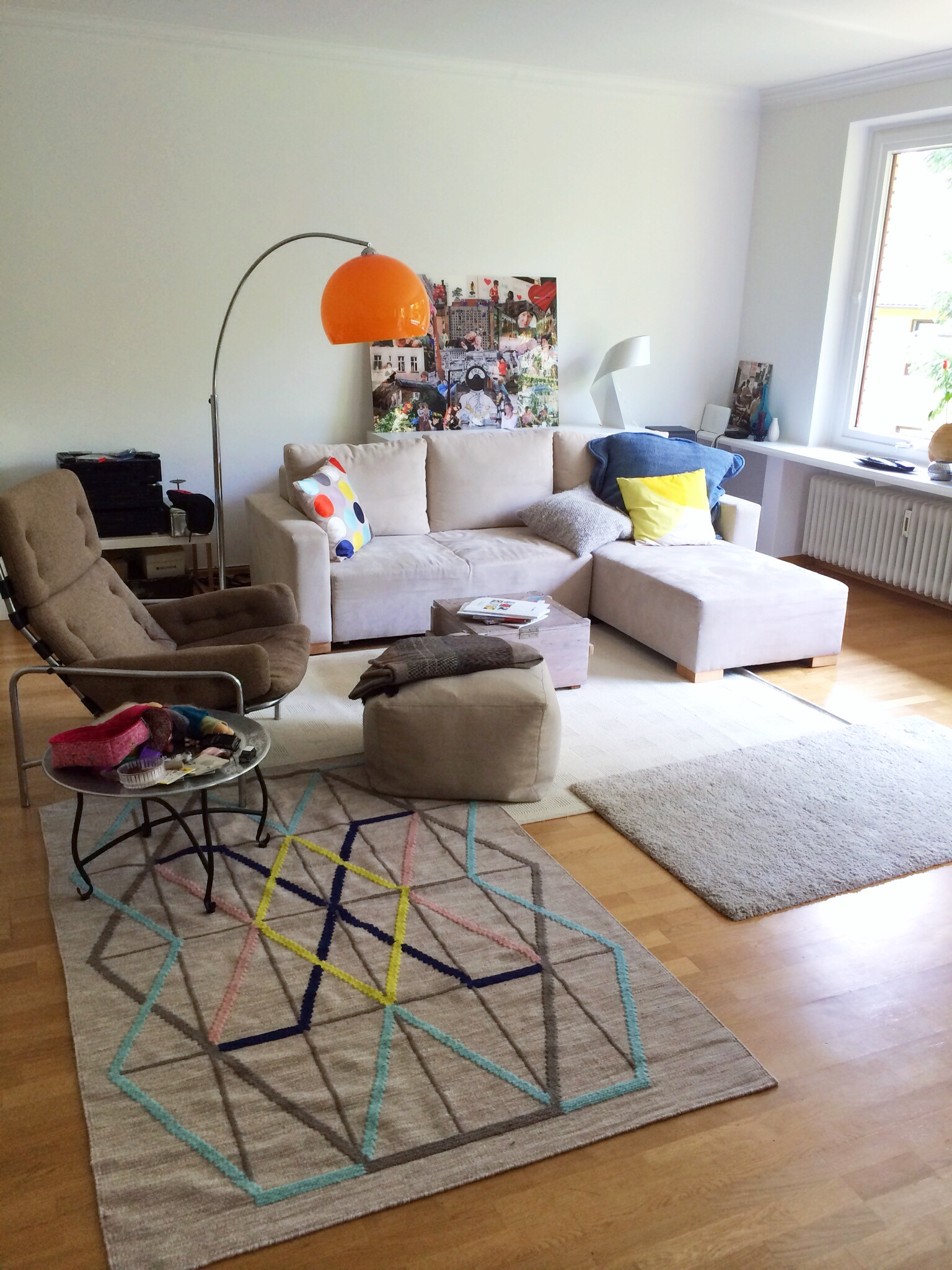 Noch unfertig aber schon schön: Das Wohnzimmer entwickelte, allein über die richtige Stellung der Sitzgruppe, ein paar Farbakzente und die collagenhafte Anordnung der Teppiche, plötzlich Wohnlichkeit und Atmosphäre.
