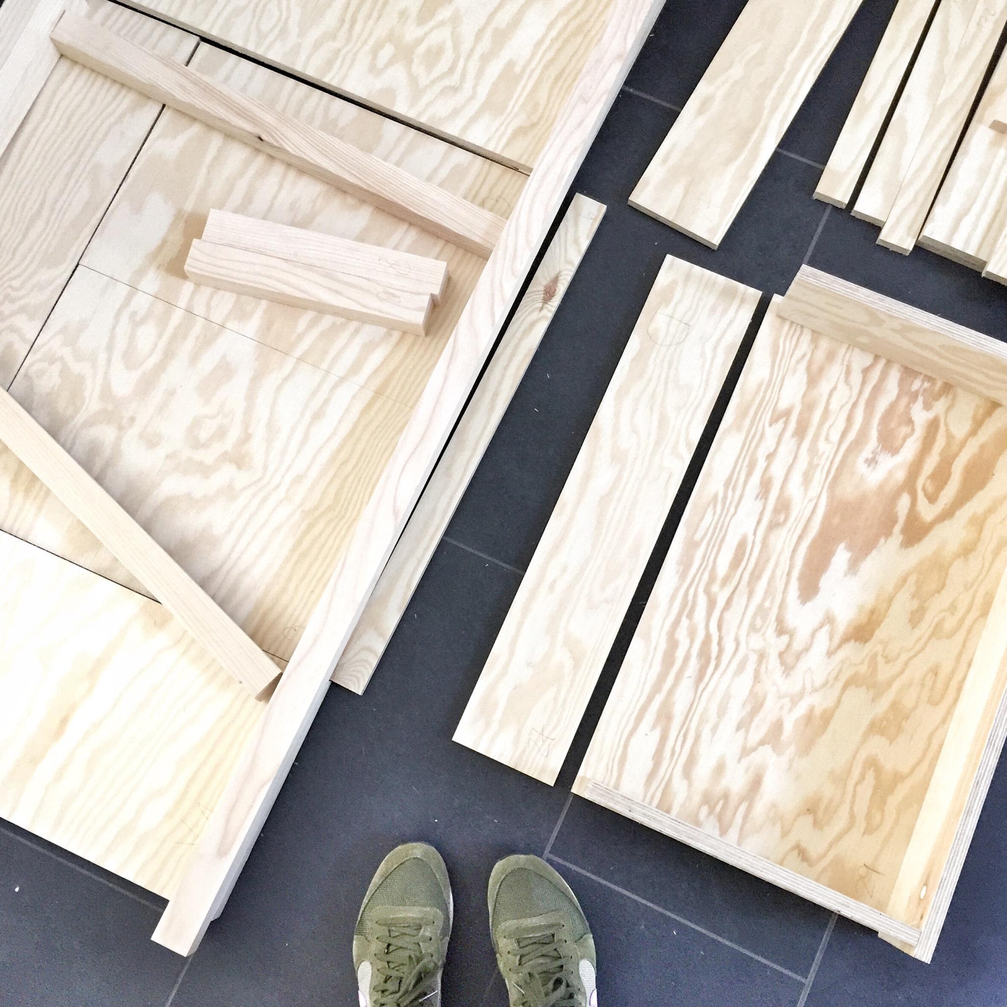 Das Sideboard mit Schublade, noch im zerlegten Zustand