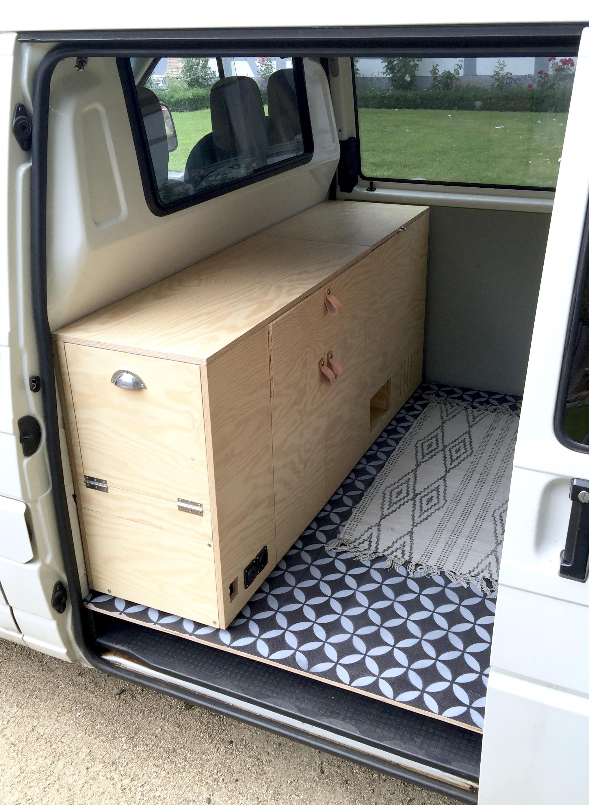 Das Sideboard steht an seinem Platz, noch ohne Elektro-Installation und einer nicht bündig schließenden Schublade, aufgrund einer erst später ausgetauschten Schraube für den Ledergriff