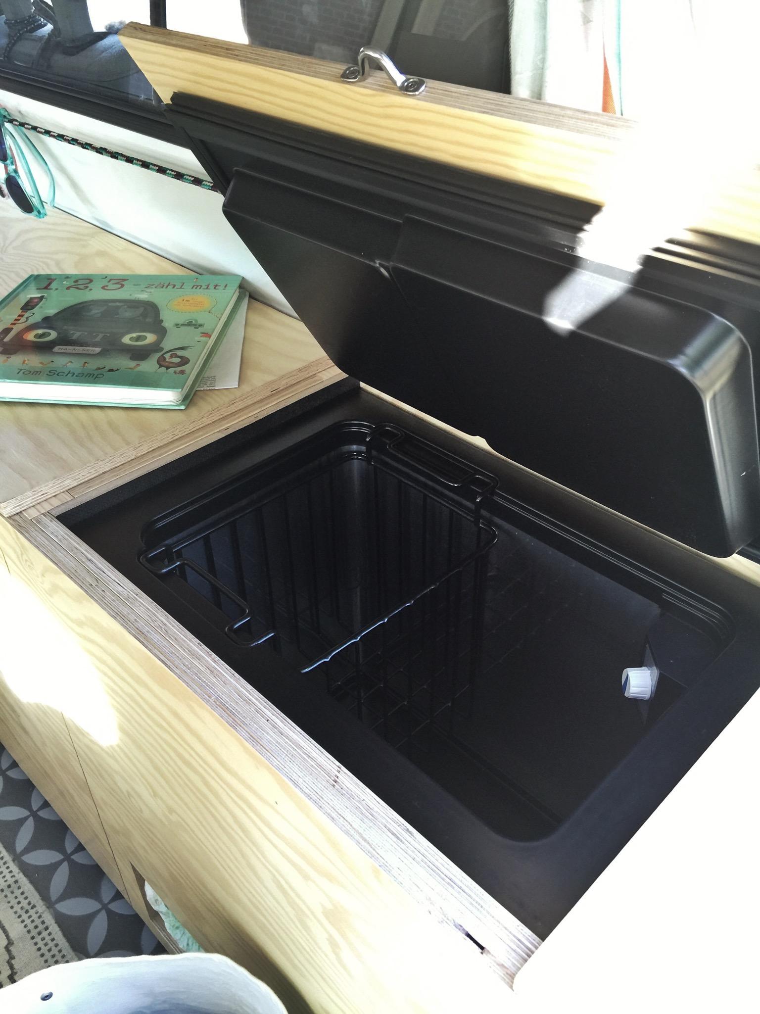 Der Edelstahl-Griff zum einfachen Öffnen der Klappe ist aus der Bootszubehör-Abteilung im Baumarkt und in größerer Ausführung auch an der seitlichen Klappe als Griff befestigt.