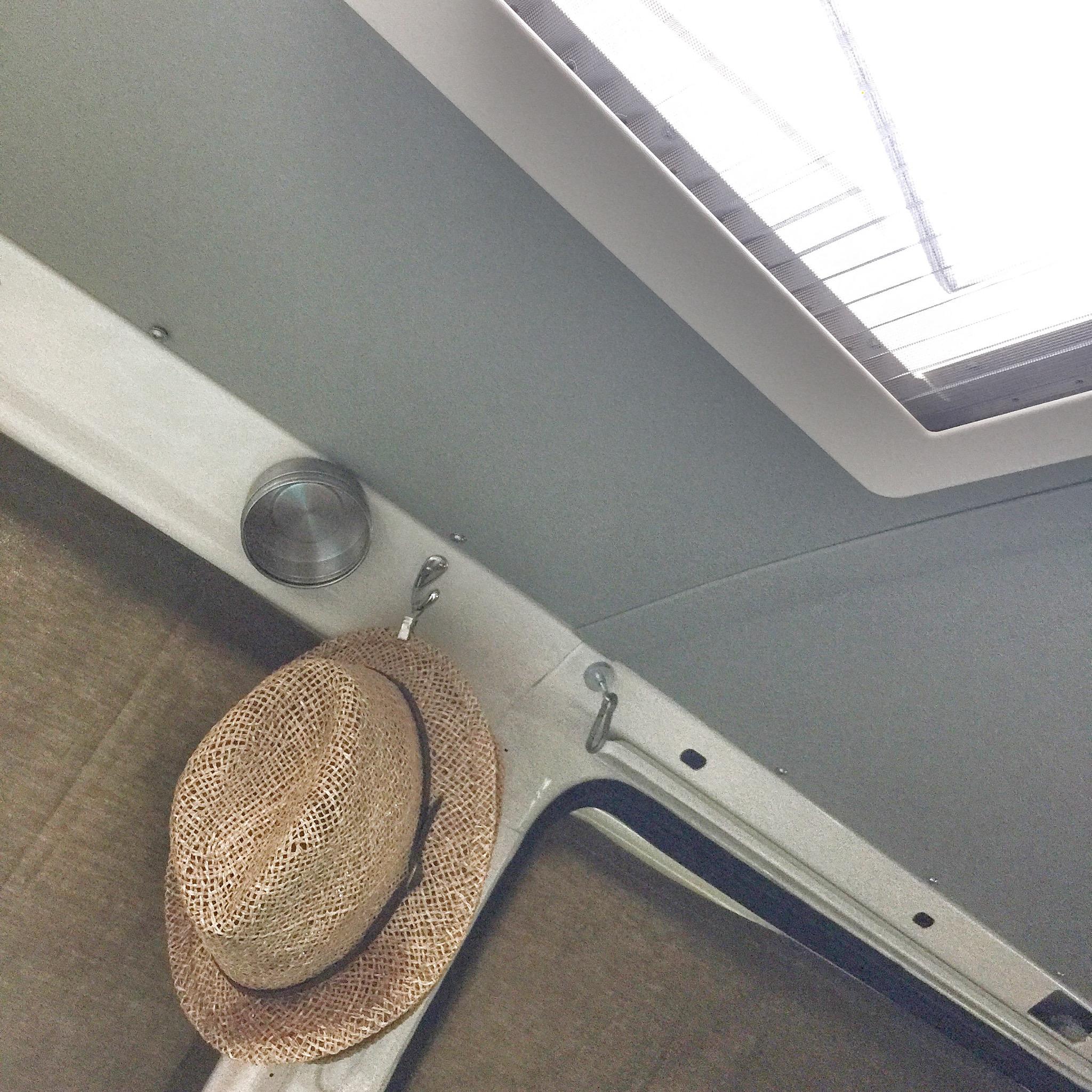 Hier kann man die bisher eingesetzten Vorhänge sehen: Sie sitzen, mit eingenähten Magneten, passgenau vor den Fenstern und können tagsüber einfach komplett abgenommen und im Schrank verstaut werden