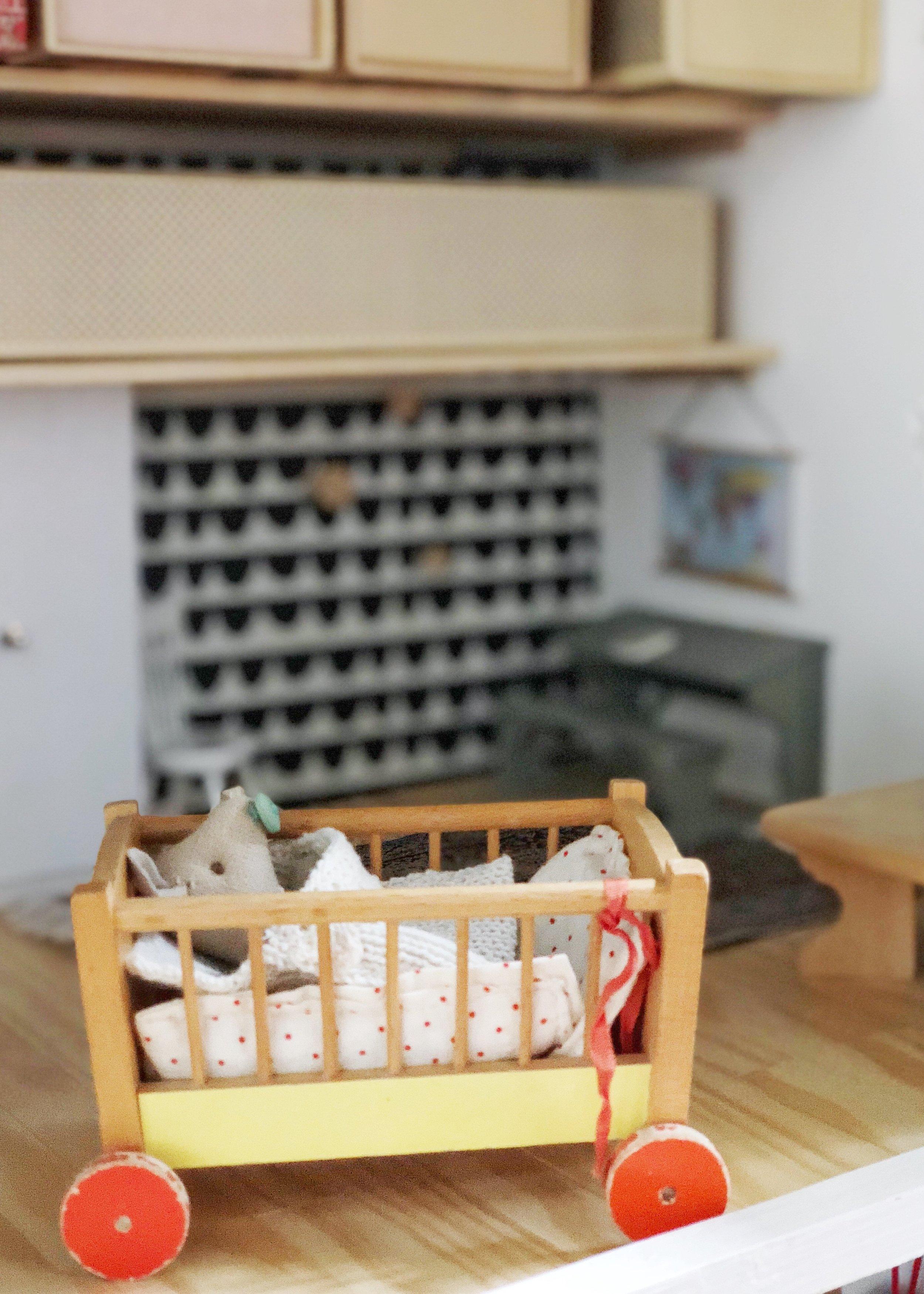 Das Vintage-Puppenbett aus dem Bestand