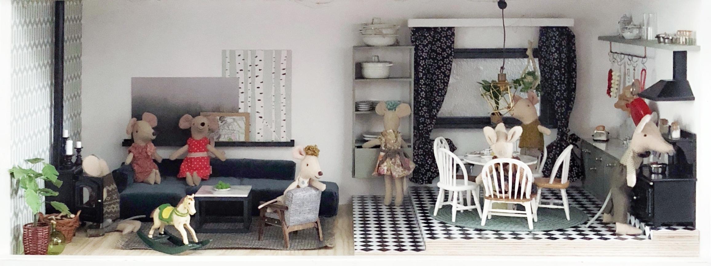 Von  vorne : Wohnzimmer und Küche im Erdgeschoss