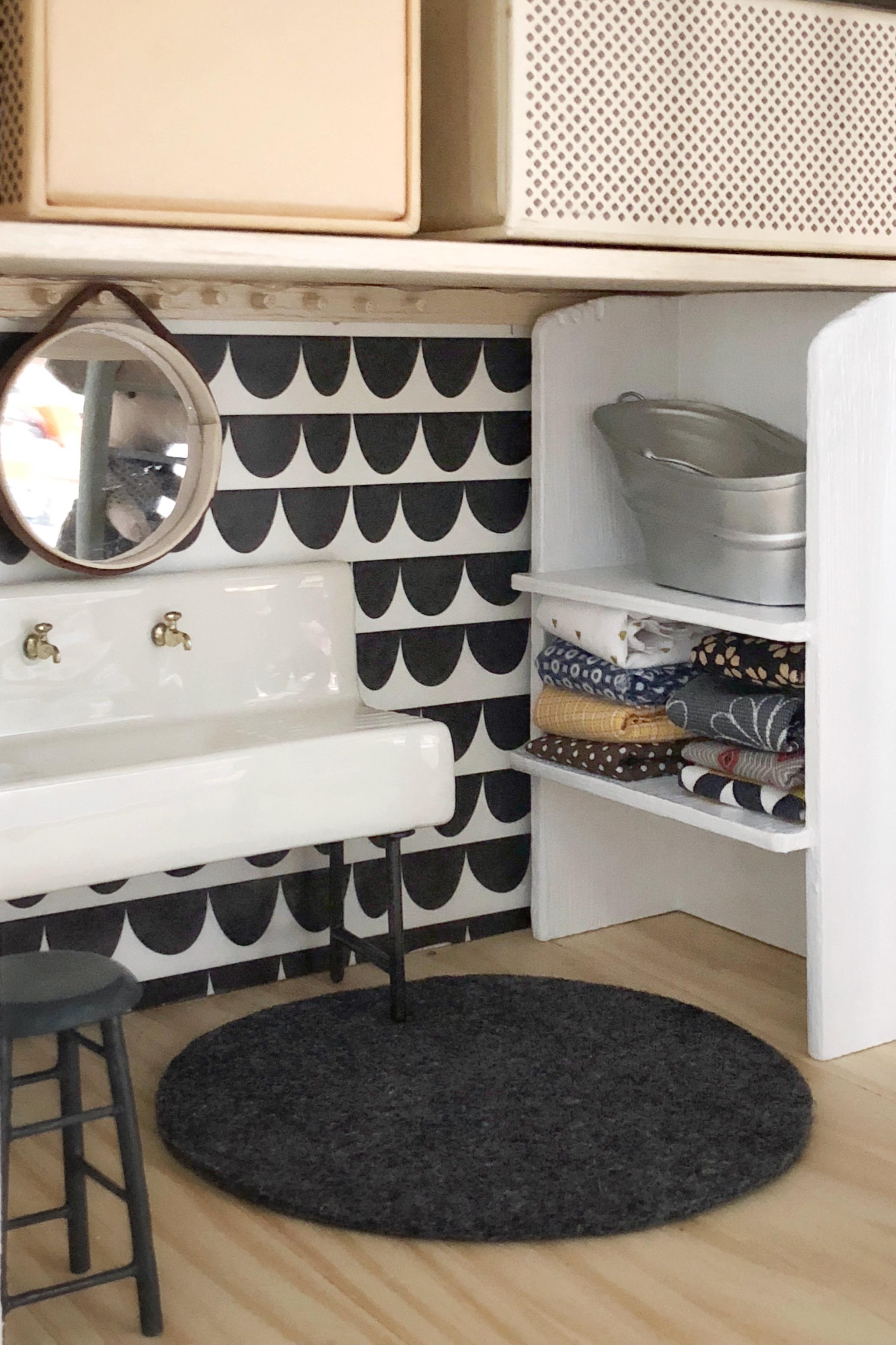 Spiegel an Hakenleiste im Waschbereich