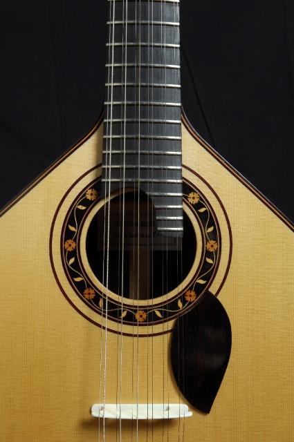 imagem (Guitarra de Coimbra construída por  Fernando Meireles )