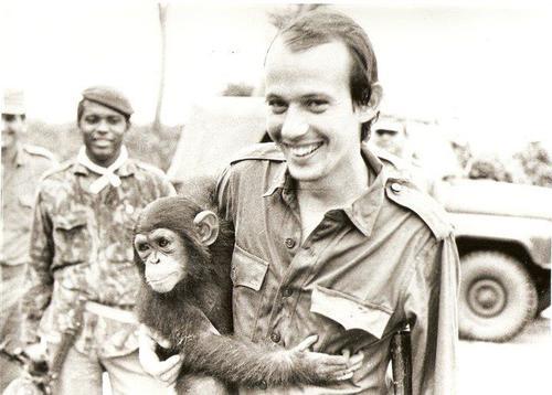 O músico Silvio Rodriguez em Angola (1976). Imagens disponíveis em  Silvio:   que levante la mano la guitarra , de Víctor Casaus e Luis Rogelio Nogueras, 1993 .