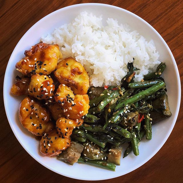 Kung Pao cauliflower, Thai basil green bean stir fry, and rice 🍲 SO YUM. So Simple. 10 SP for the plate