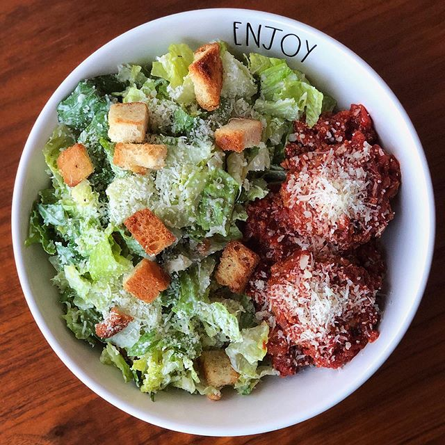 Sunday supper club 😎 finally getting back into the routine of things. Moving across the country, definitely means being out of sorts for a while, but I did manage to whip up a simple but delish din - caesar salad and some marinara meatballs  on the side 🤤🤤🤤 win!