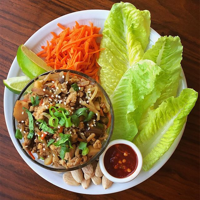 Make your own chicken lettuce wraps kinda dinner 😍 🙌🏻 this is one of my favorites and so easy to throw together. . . . The how-to...👇🏻 (0 SP for the chicken mixture) . . 1️⃣In a large skillet sauté (spray with cooking spray) chopped carrots, water chestnuts, mushrooms, bean sprouts, and onions until tender. Add ground chicken breast and break it up/ brown it.  2️⃣While the chicken and veggies are cooking, in a small separate bowl, add 1/2 tsp minced garlic, 1/2 tsp ginger, sriracha, coconut aminos, and a little apple cider vinegar.  3️⃣Pour the marinade in the mixture and heat through until totally mixed into chicken mixture.  4️⃣Once everything is combined, That's it! Serve the chicken and veggies with lettuce cups and any toppings you like! I used shredded carrots, limes, almonds, and hot sauce to top mine 🥰🤤