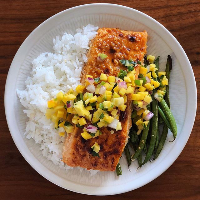 Clean and simple cookie sheet dinner tonight 🥰 just roasted up some salmon and greens beans served with a side of rice and made a bomb dot com 5 ingredient mango salsa🥭🥭🥭🥭 . . The salsa how-to...👇🏻 (0 SP) . . 1️⃣ Peel, pitt, and dice a mango.  2️⃣ Dice a shallot and a jalapeño, (make sure to first scrape the seeds out of the jalapeño)  3️⃣ After you dice each, add into a mixing bowl. 4️⃣ Chop fresh cilantro and add this as well. Now toss everything together. (Feel free to add salt and pepper to your taste)  5️⃣ Squeeze and juice one lime into the fruit mixture - again, toss it together until combined. 6️⃣Let the mixture sit in the fridge so all the flavors can meld together. That's it! So good and can last refrigerated for a couple of days.