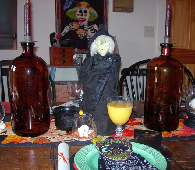 My hooked design, La Hora del Te, is on the wall at this time of year.  Senora Bonita is overseeing the breakfast club.