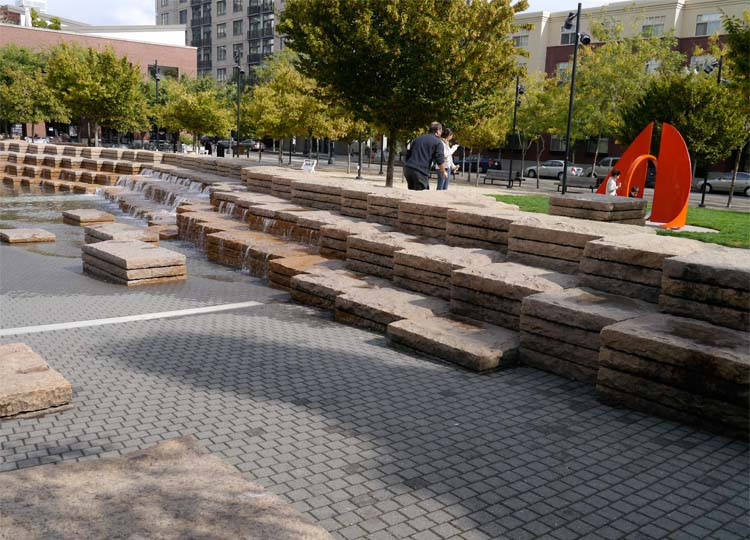 The water can be drained and the Fountain used as amphitheatre seating for events in the Square.