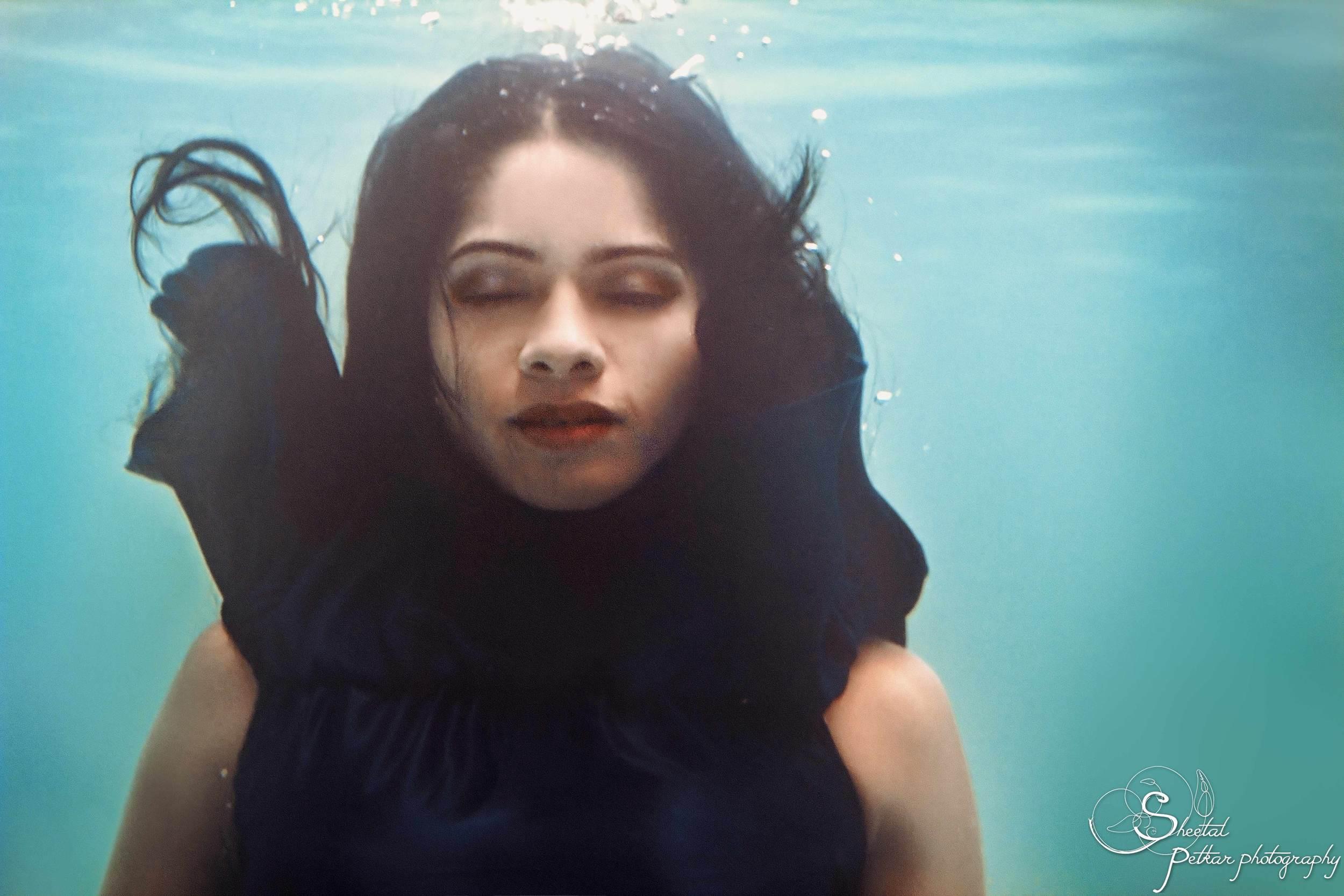 surreal_underwater_portrait_of_a_girl.jpg