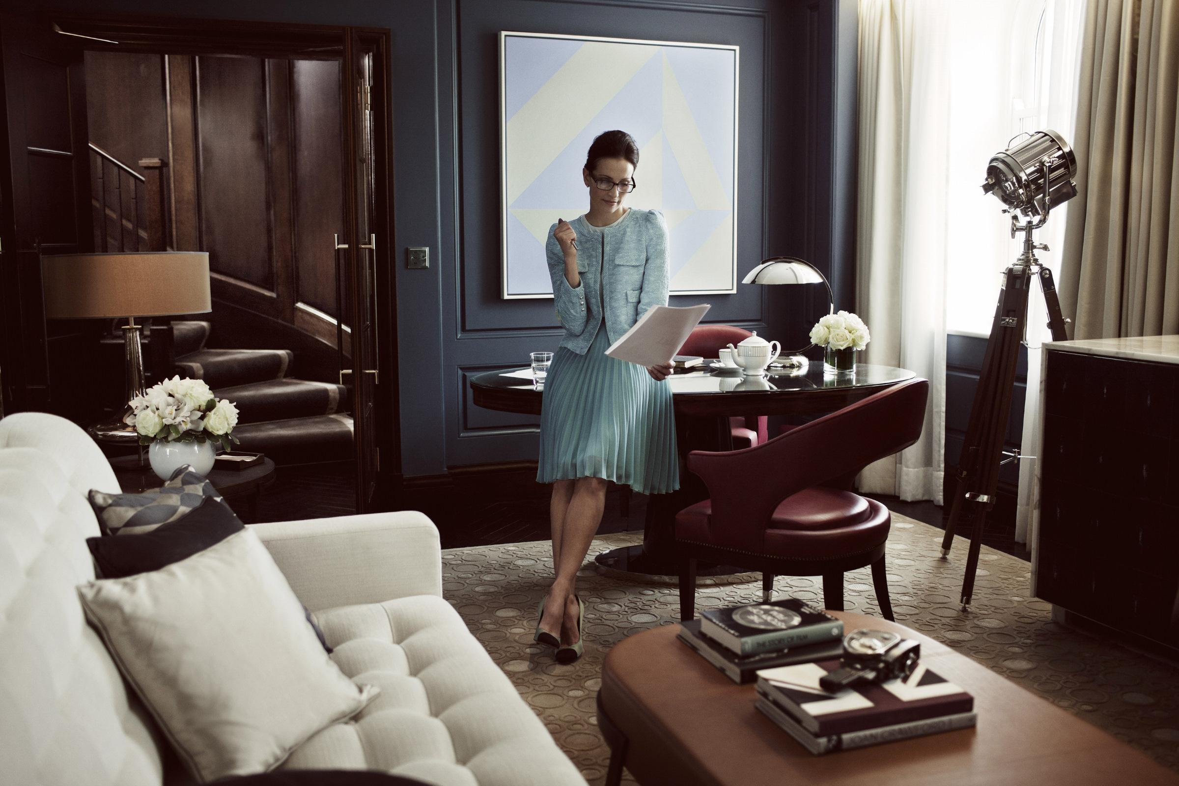 401 CHL 07C AO London_5771_Businesswoman.jpg