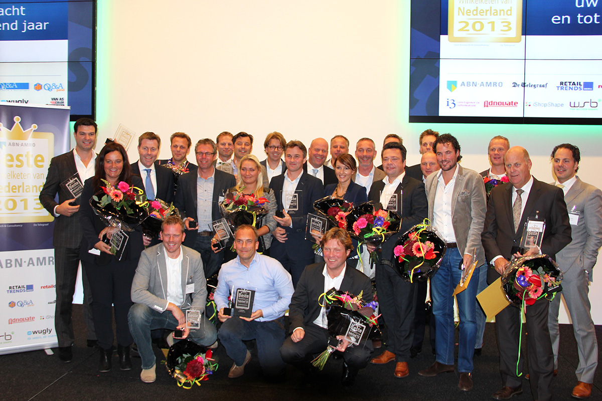 """A """"family"""" picture with all the awarded participants."""