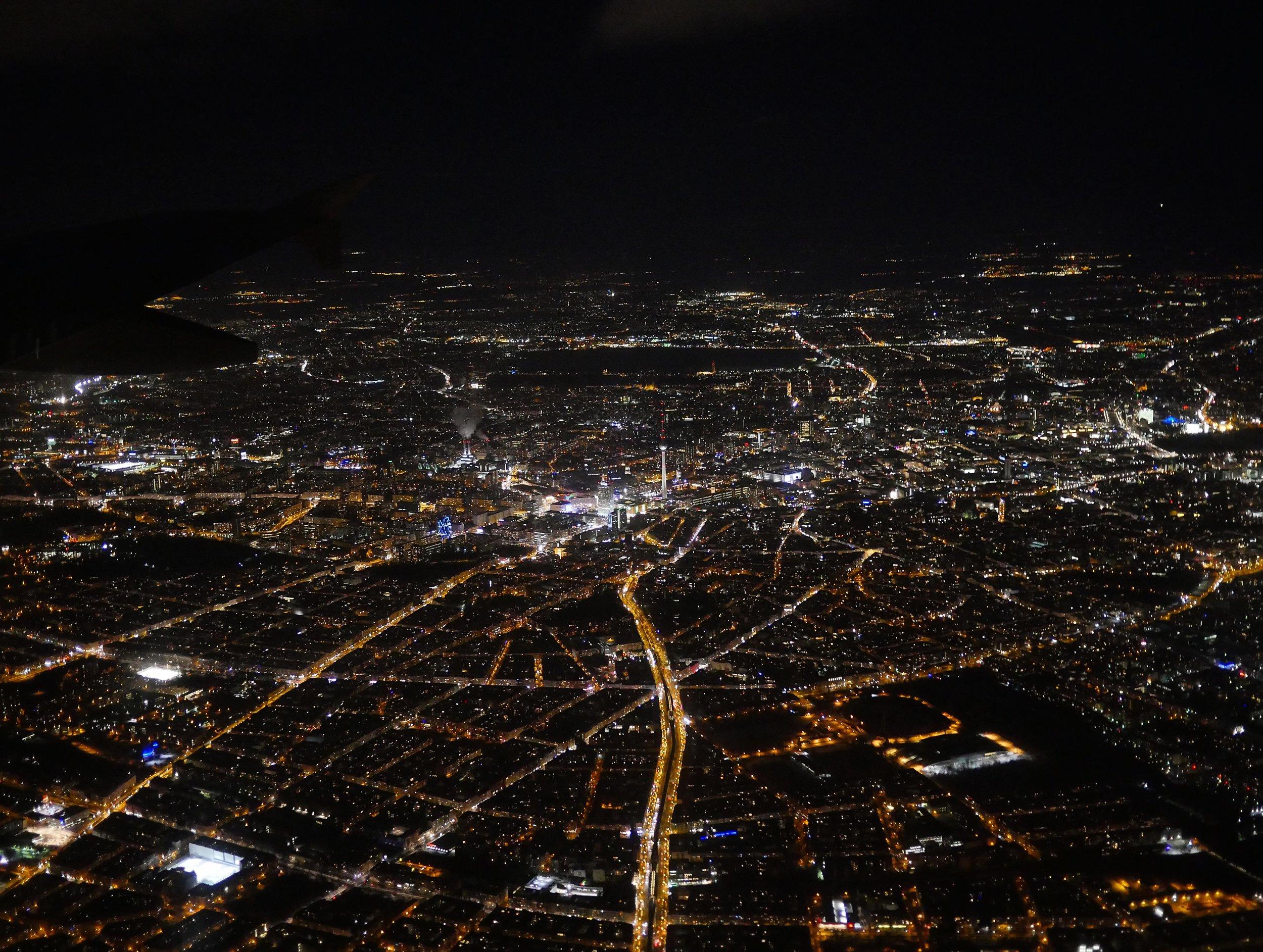 Berlin aus der Luft Berlin bei Nacht.jpg