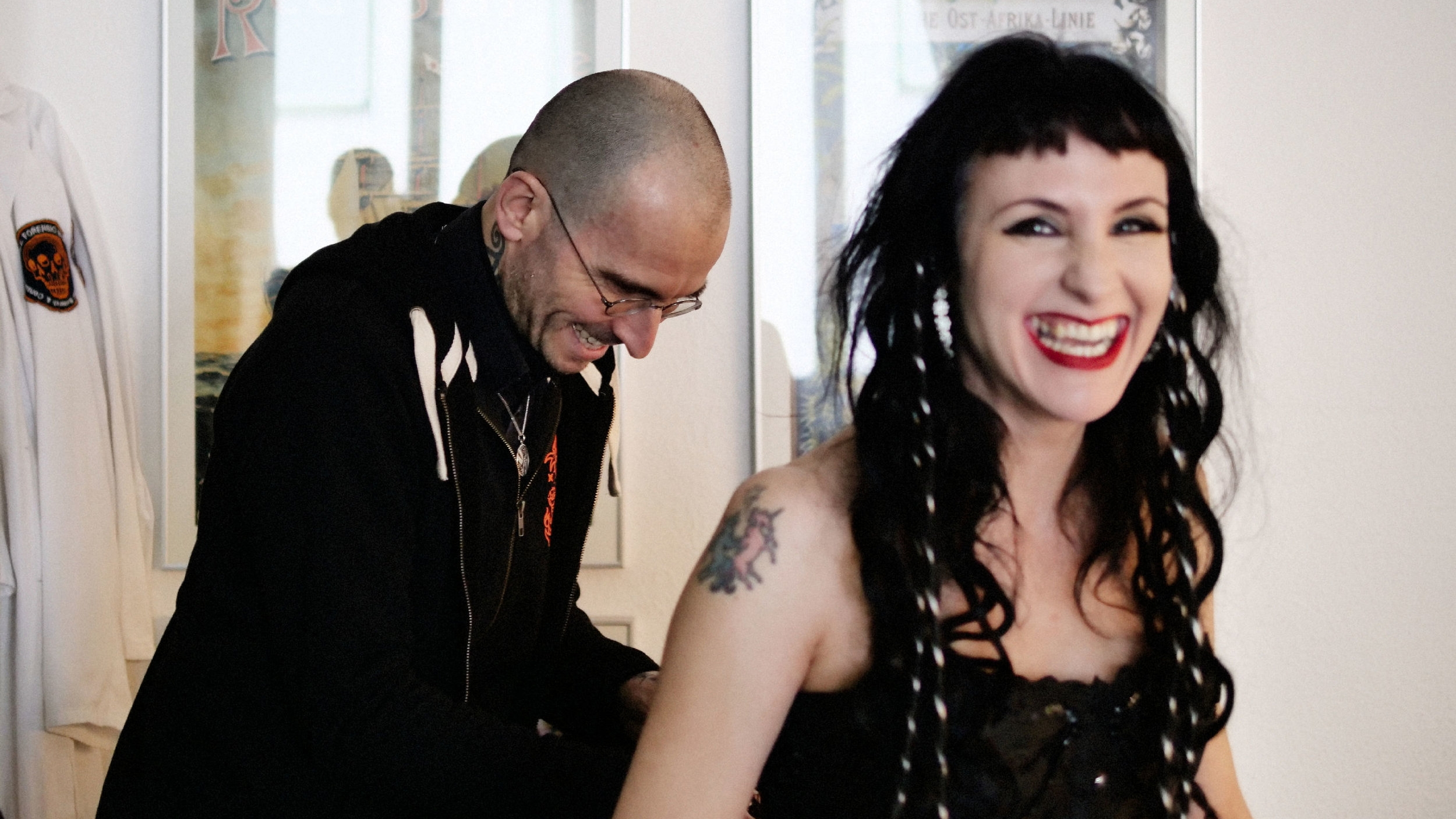 Bianca Stücker mit Mark Benecke und Portraitfotograf Daniel Hammelstein.jpg