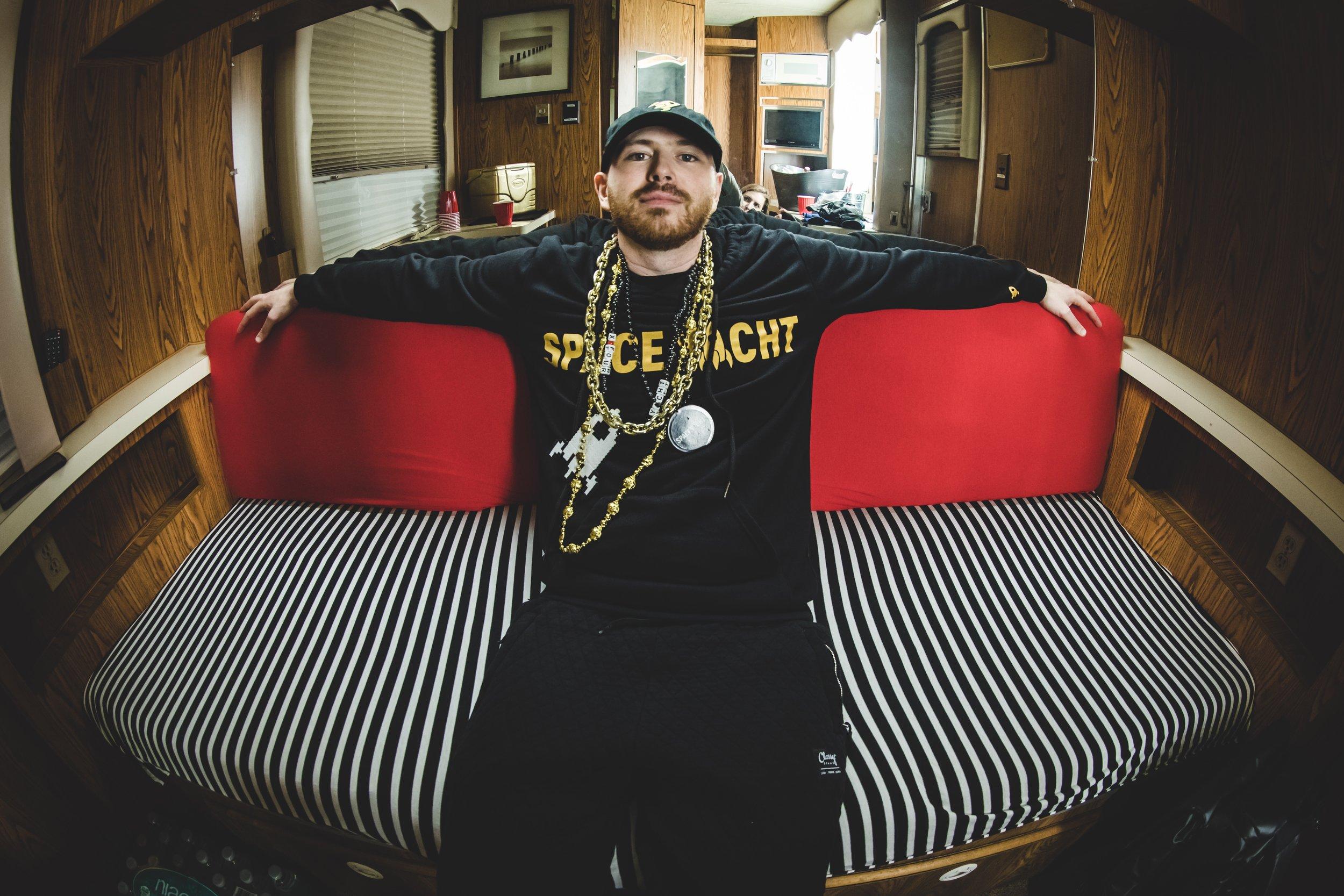 LondonBridge_Couch @alexvarsa.JPG