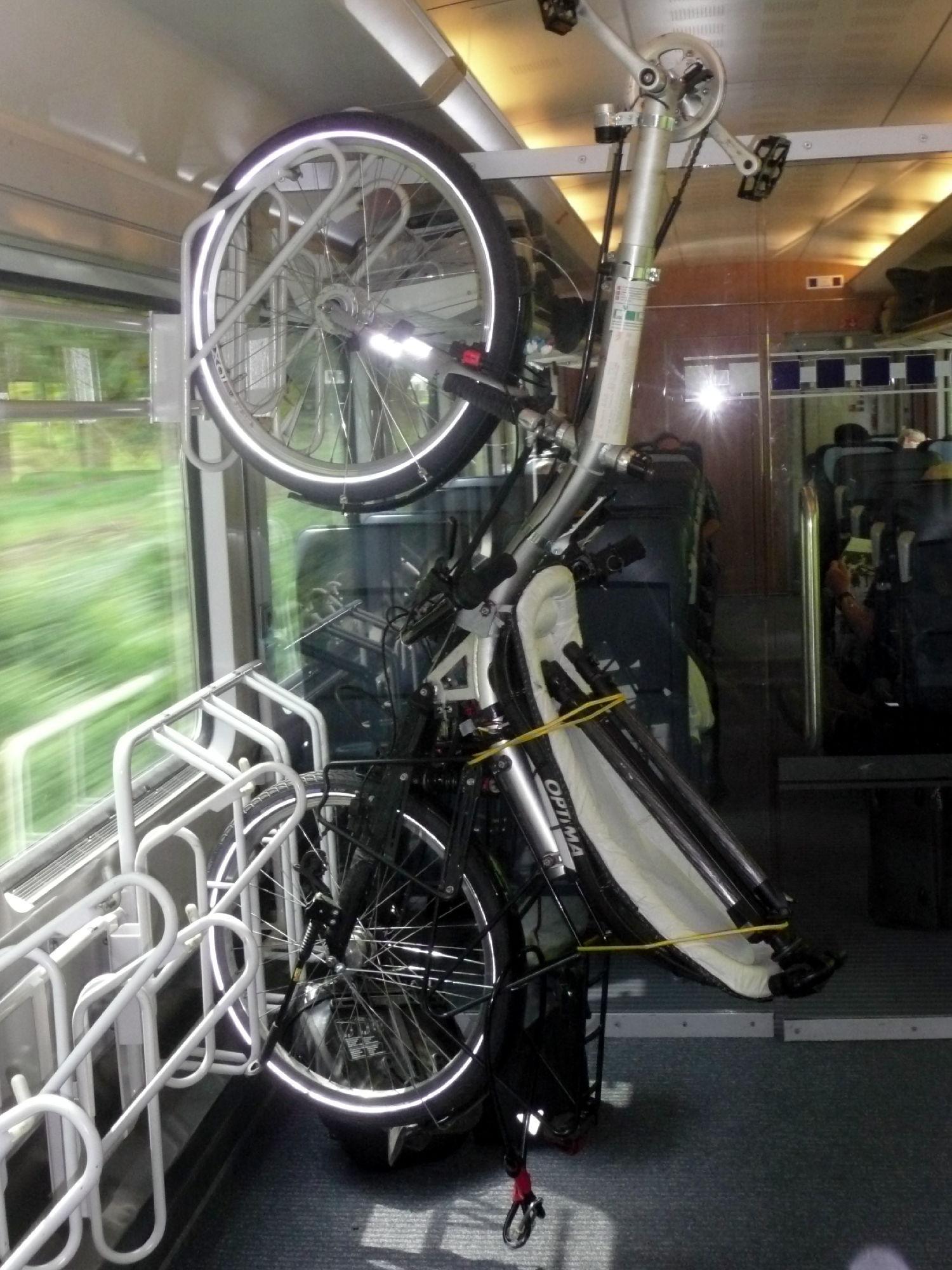 das Rad einfach aufrecht untergebracht / Easy upright storage of my bike