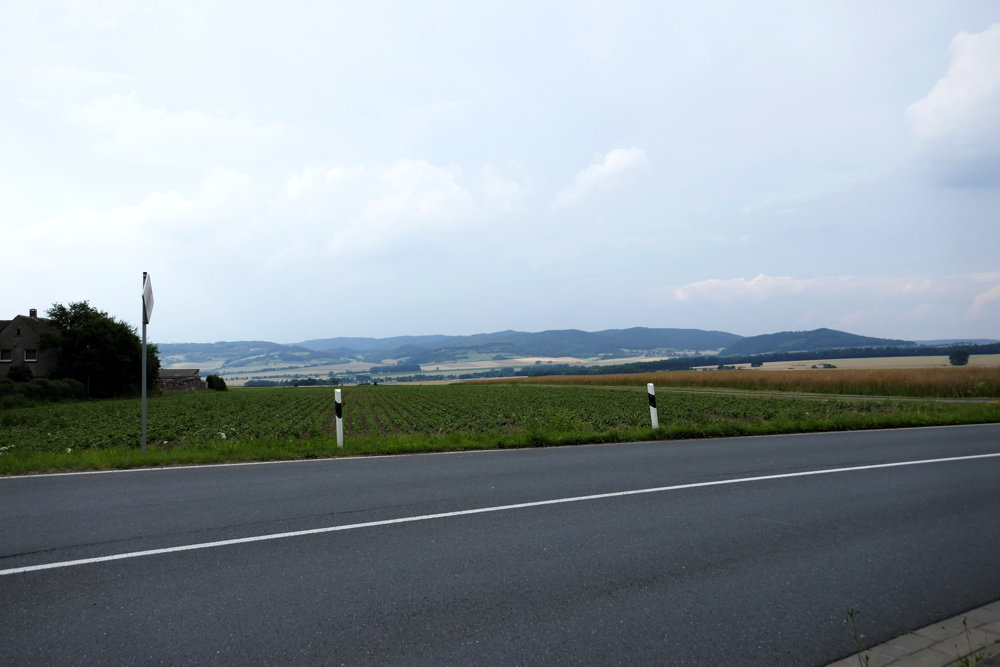 Kurz vorm ende der Etappe - Hügelllandschaft mit aufziehenden Gewitterwolken
