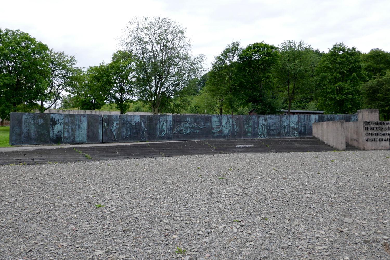 Denkmal mit Rednerpult aus den sechziger Jahren