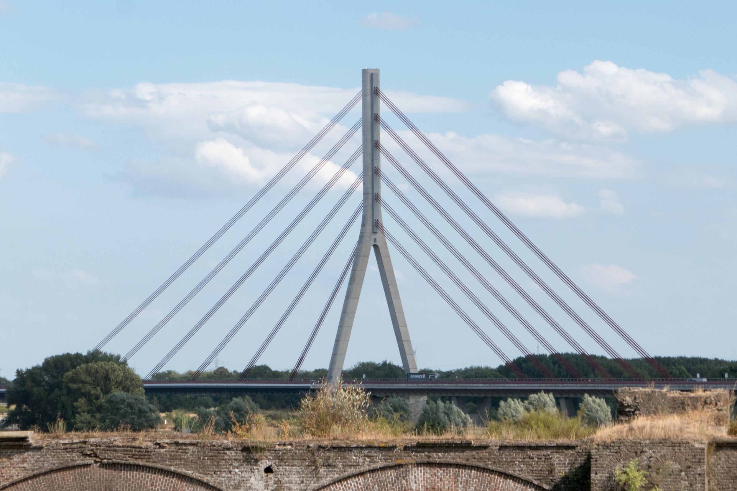 Die Niederrheinbrücke bei Wesel - im Vordergrund die Reste einer alten Eisenbahnbrücke