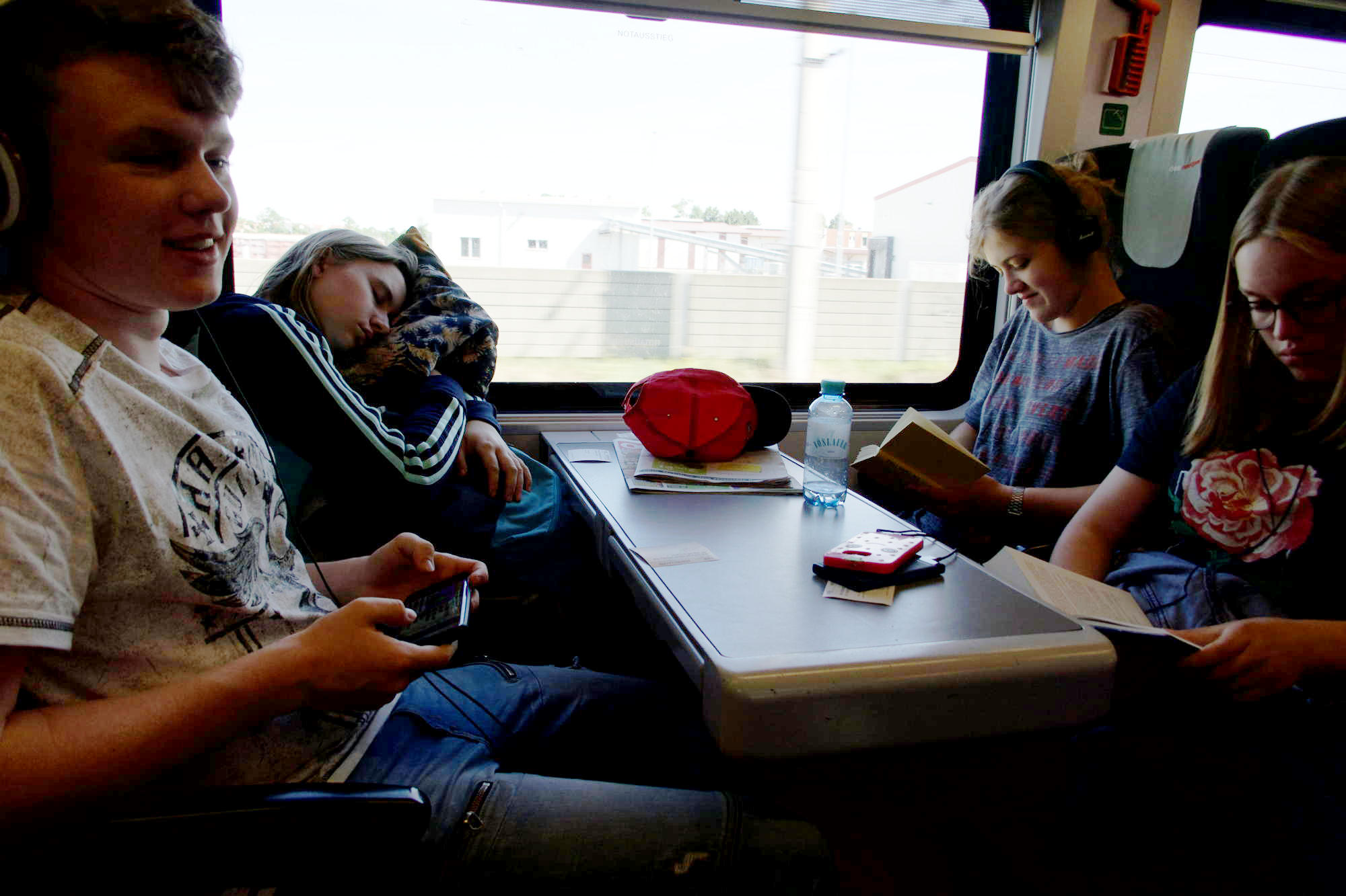 Ausgeruhte Menschen uf dme Weg nach Budapest.jpg