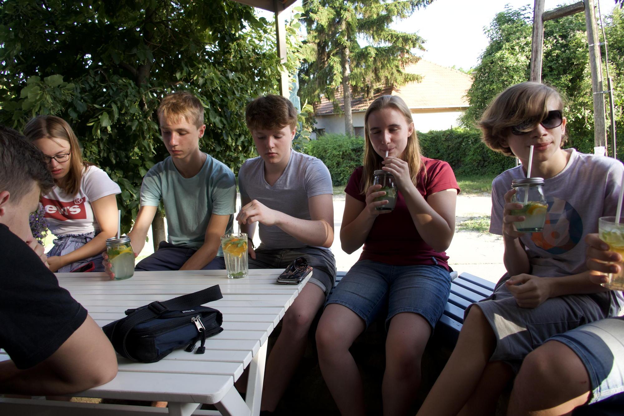 Sitzgruppe mit Limo.jpg