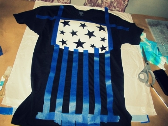 If you are like me and Love the Ao\American Outfitters Hoodie but won't pay for the shipping of a Hoodie from Belgium, WobiSobi has a tutorial for creating this  Stars and Stripes Bleached T-Shirt DIY, the tutorial is on a T-shirt, but these easy to follow steps can be done on a Hoodie (in fact all my DIY techniques for Allover Star Prints can be done on any garment!).