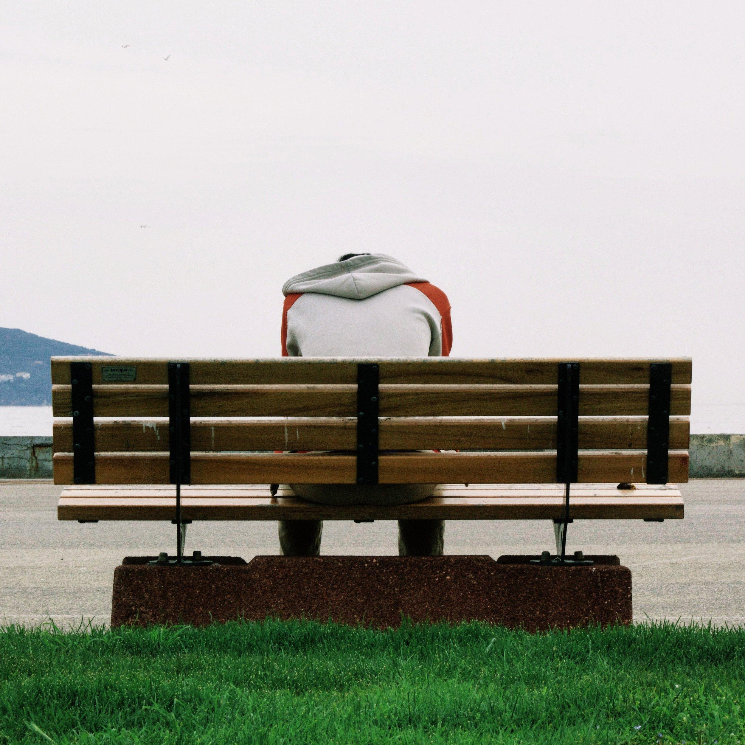 bench-grass-guy-66757.jpg
