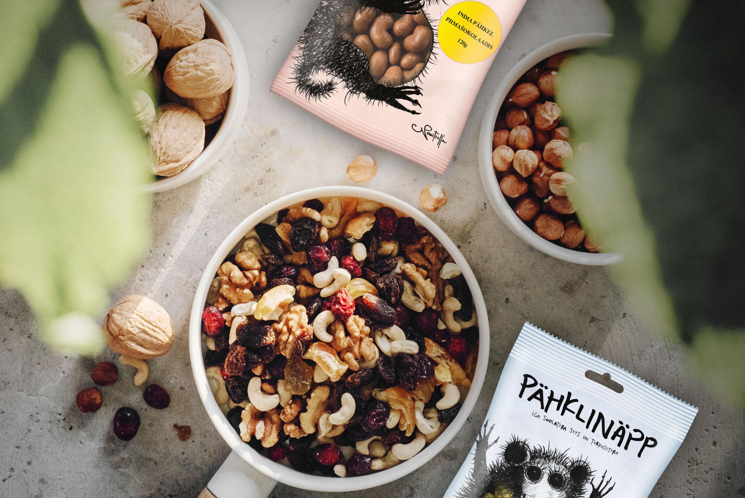 - Pähkllid on teadatuntud tegijad meie toidus, mis sisaldavad rohkelt tervislikke toitaineid, kuid kas sa oled kursis, mida kui palju ning milline pähkel sulle annab? Selleks kirjutame lihtsalt ja lühidalt lahti levinuimate pähklide omadused, et sa teaksid, mida iga peotäis selles krabisevas kotis sinuga teeb.Lühidalt kokkuvõttes on pähklites rikkalikult mineraalaineid. Näiteks parapähklid ehk brasiilia pähklid on eestlasele eriti vajalikud, kuna sisaldavad palju seleeni, mida me oma kodusest toidust liialt kaasa ei saa. Pähkleid võib lugeda ka loomse valgu ja raua asendajaks, mis teeb ta eriti sobivaks taimetoitlastele ja veganitele, kes on loobunud piimatoodetest ja lihast. Lisaks kõigele eelnevale hoiavad pähklid südame ja veresoonkonna ning pea ja närvisüsteemi haiguste vaba. Üleüldiselt on pähklid hea snäkkimiseks ja toidulaua osaks.Loe juba altpoolt täpsemalt, mida erinevad pähklid sulle annavad.