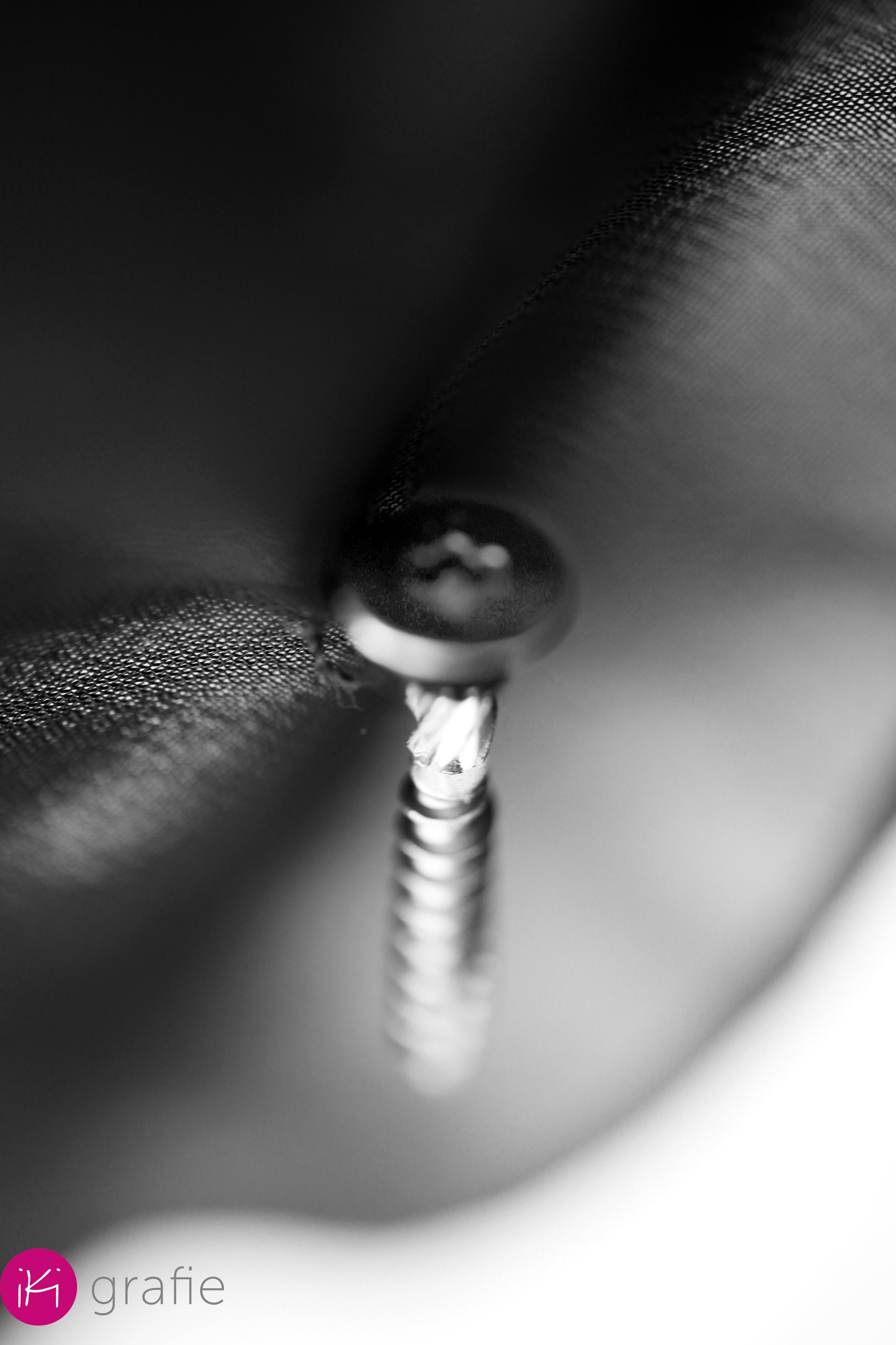 De magie van een Conteq schroef en zwarte zijdezachte stof. Hard als staal versus zwevend in de wind...