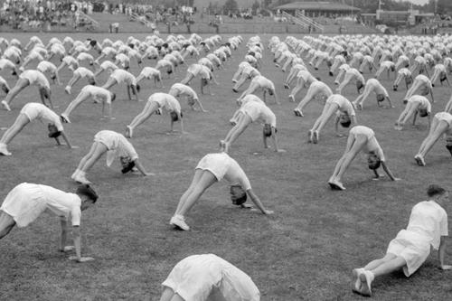 1952-group-exercise-class-Vintage-Yoga-Style-Photo.jpg