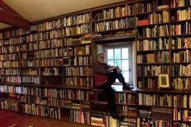 Manguel, en su Biblioteca de Noche (de la web)