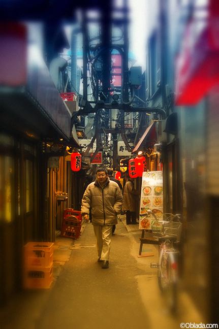 Alley in Kabukicho, Tokyo (©Deborah Clague)