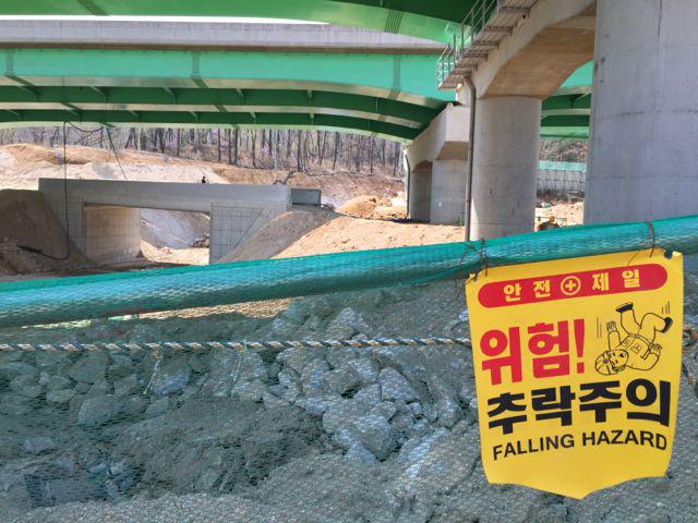 Construction site at entrance to Bukhansan National Park (©Deborah Clague/Oblada.com)