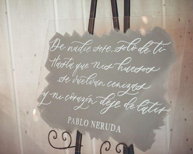 """Loving the acrylic wedding trend 😍 """"De nadie seré solo de ti hasta que mis huesos se vuelvan cenizas y mi corazón deje de latir"""" #pabloneruda"""