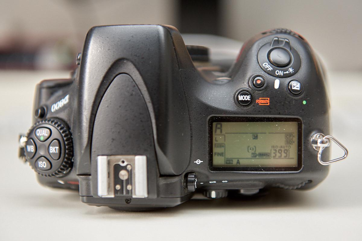 Die Oberseite einer Nikon D800 mit Ihren Einstellmöglichkeiten und dem übersichtlichen Schulterdisplay.