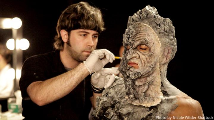 En deltagare i FACE OFF som skapar en karaktär med mask i tävlingsmomentet.