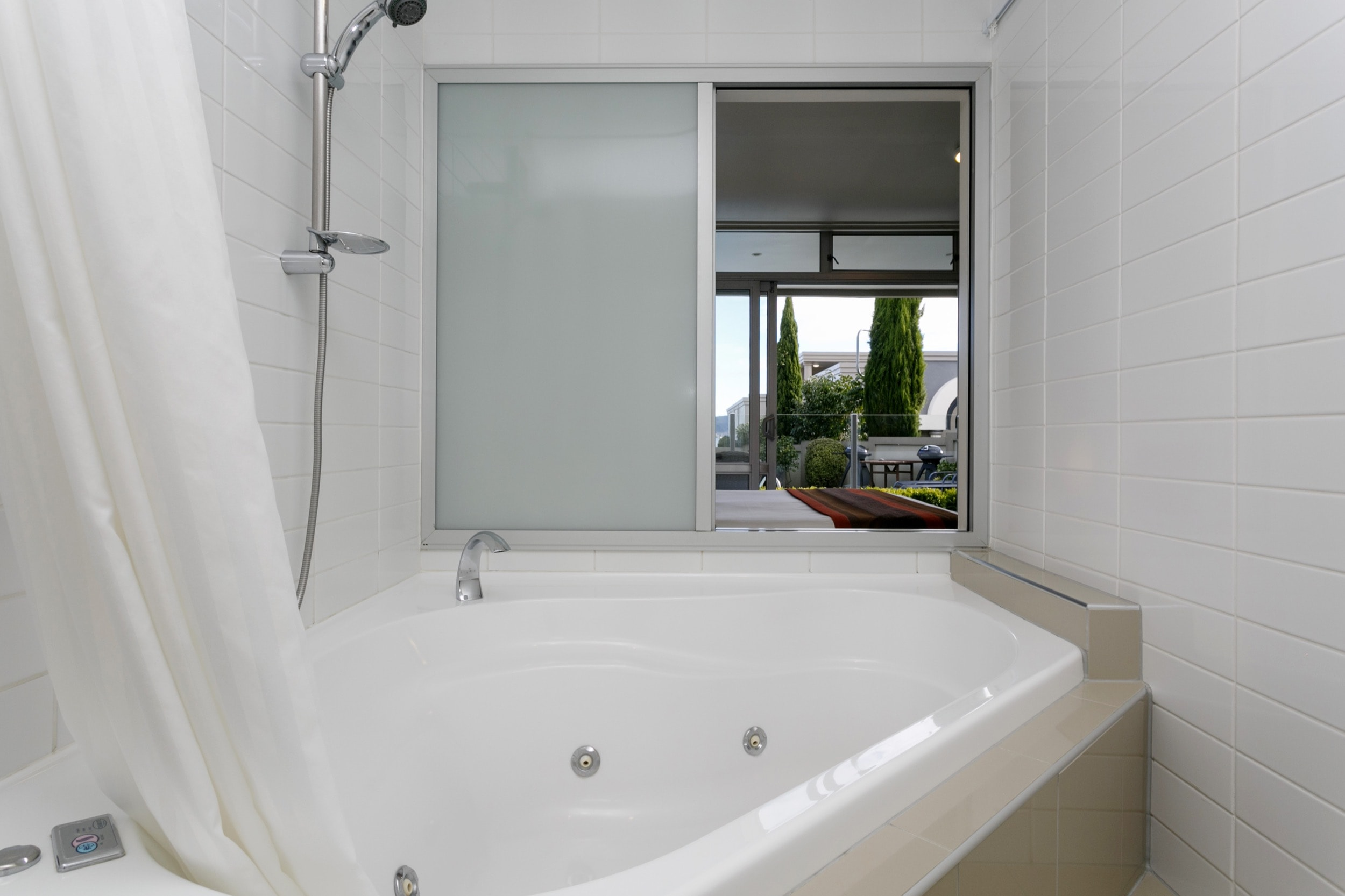 Luxury Studio poolside spa bath-min.jpg