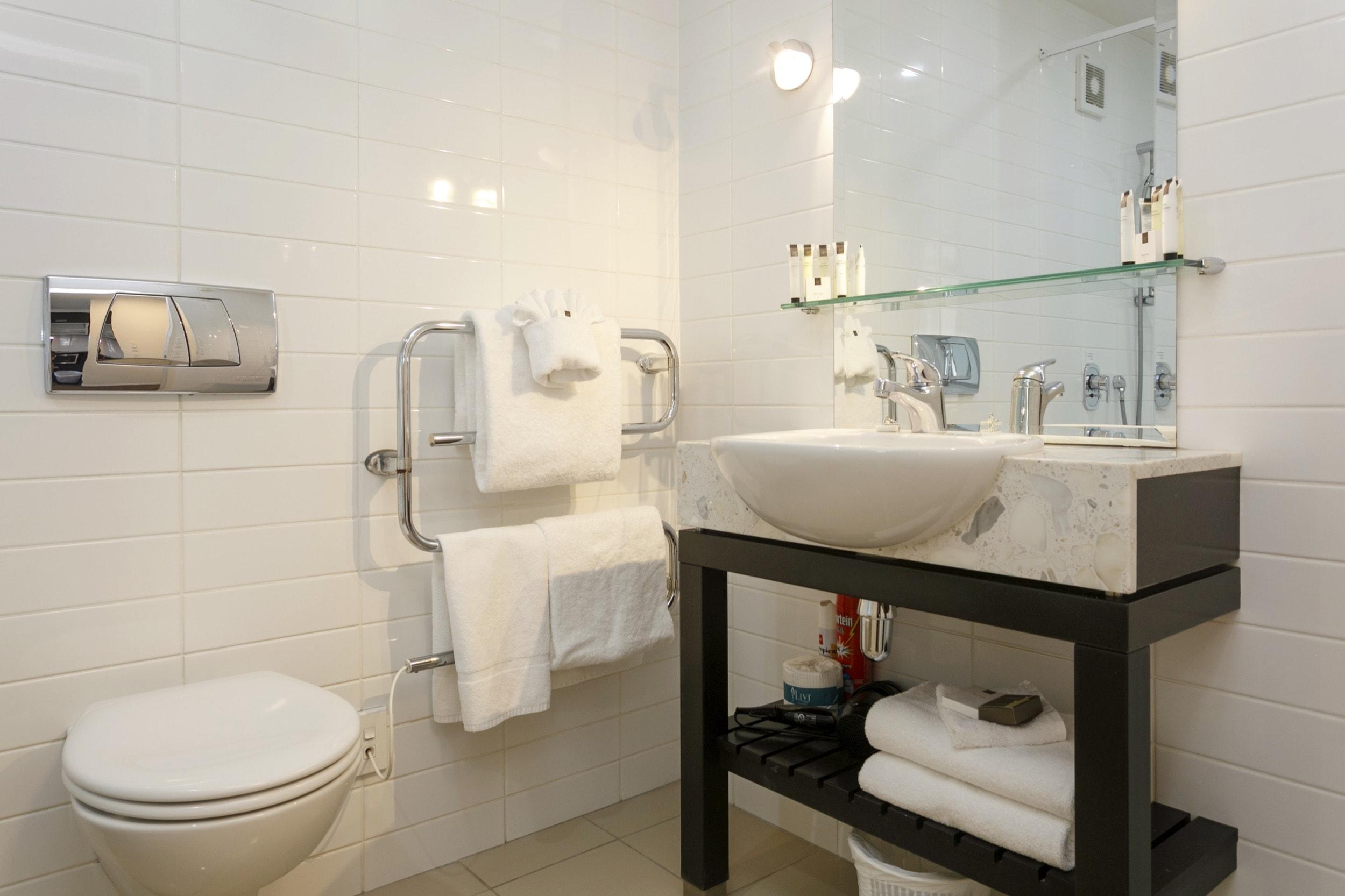 Studio poolside bathroom-min.jpg